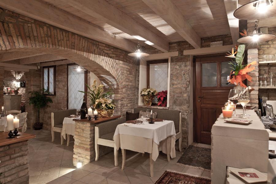 Ristorante grotta di barbarossa specialit di carne for Arredamento ristorante shabby chic