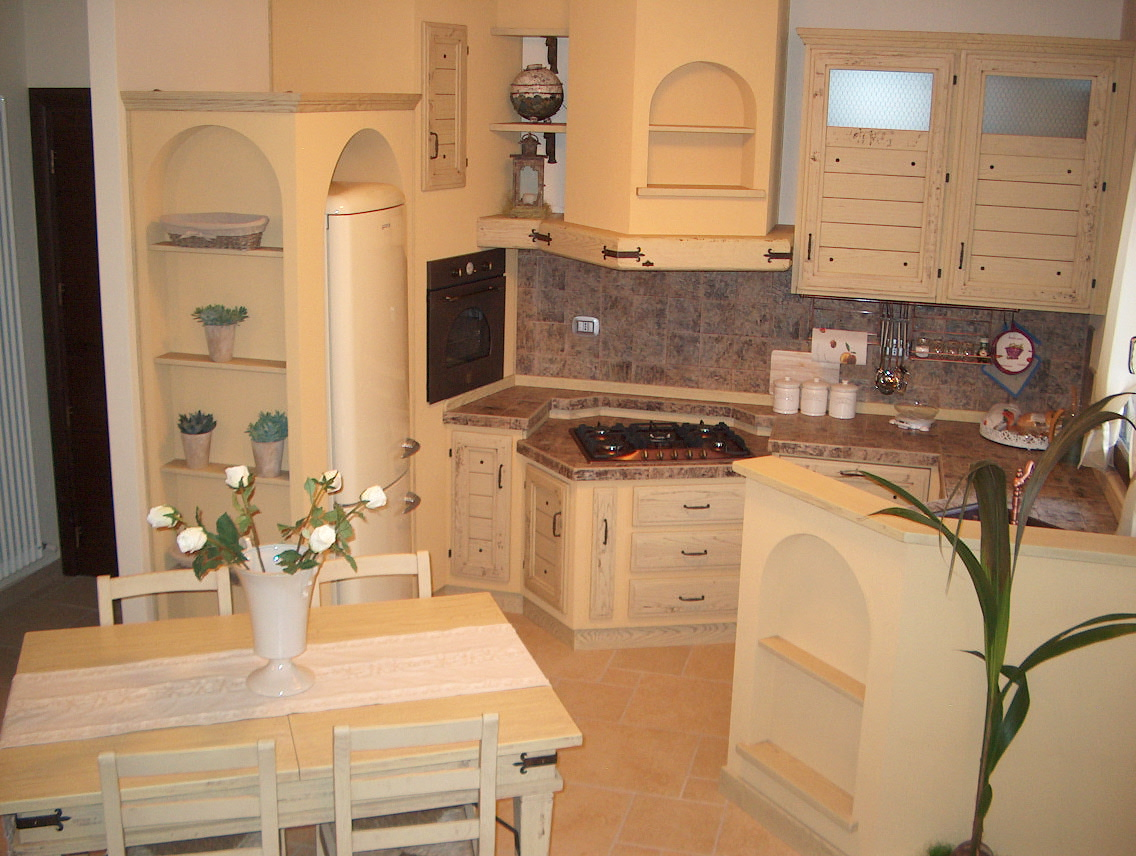Come dipingere le pareti di un salotto cucina for Mobili casa